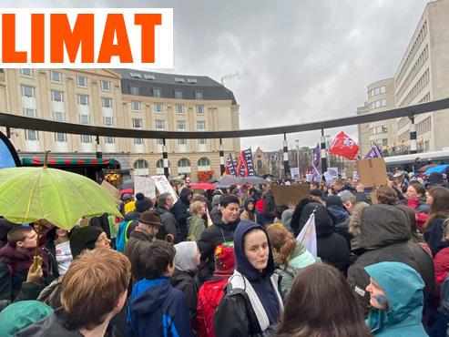 Sous la pluie, les jeunes marchent à Bruxelles avec Greta Thunberg