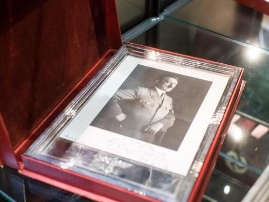Allemagne : des effets personnels d'Hitler et de dirigeants nazis vendus aux enchères pour des milliers d'euros