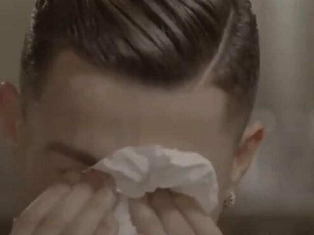 Cristiano Ronaldo en larmes en voyant des images de son père décédé