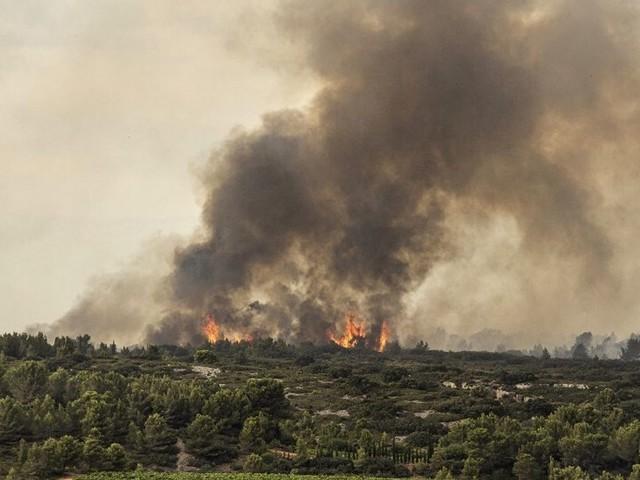 """L'incendie dans l'Aude """"toujours pas maîtrisé"""", plus de 850 ha de végétation brûlés"""
