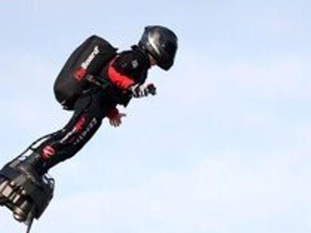 Franky Zapata réussit sa traversée de la Manche en Flyboard