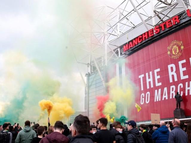 Manchester United : les supporters envahissent Old Trafford et provoque le report du match face à Liverpool