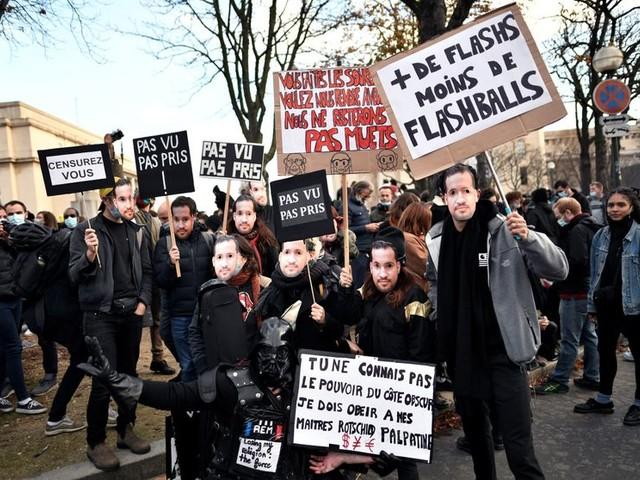 """Des milliers de manifestants en France contre la loi """"sécurité globale"""""""