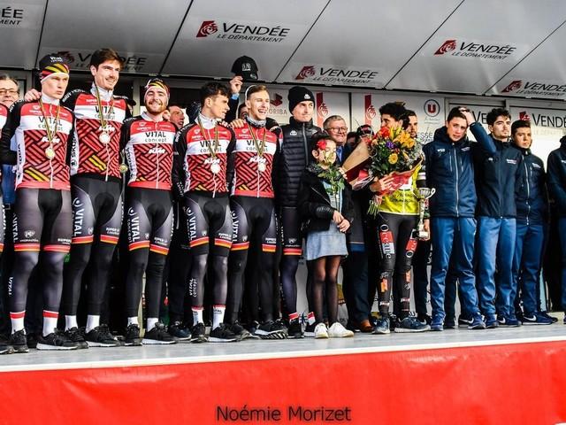 Le VC Pays de Loudéac a remporté, ce mercredi, à Martinet, la quatrième épreuve du Circuit des Plages Vendéennes (Elite Nationale), un contre-la-montre par équipes long de 41,2 kilomètres. Le podium est complété par les formations Vendée U et Côtes d'Armor-Marie Morin-Véranda Rideau. + Tweets by directvelo - (Noémie MORIZET - Actualité - DirectVelo) - Les actus du cyclisme (2020)