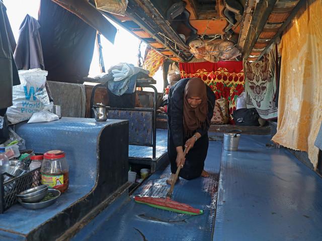 Grotte, bus abandonné: les déplacés d'Idleb improvisent des abris de fortune