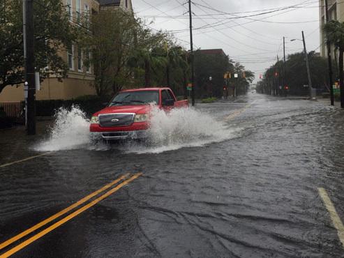 """""""C'est l'enfer partout"""": avec des pluies torrentielles et des rafales de 160km/h, l'ouragan Dorian poursuit sa route (vidéo)"""