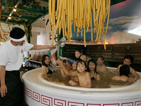 Venez prendre un bain de nouilles au Japon