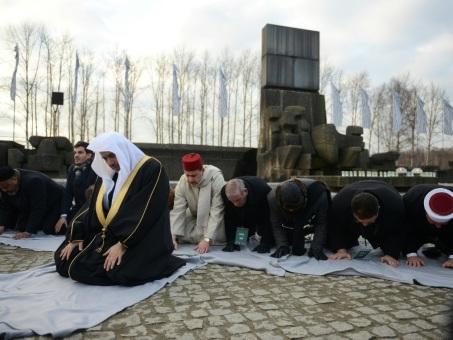 """Visite """"historique"""" de responsables musulmans et juifs à Auschwitz"""