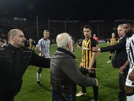 """Grèce: le président du PAOK """"s'excuse"""" pour son irruption armée sur le stade"""