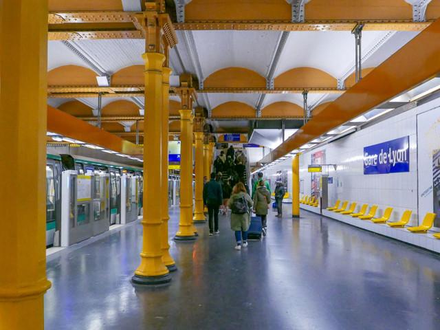 Une attaque à l'acide dans le métro de Paris laisse un homme en urgence absolue