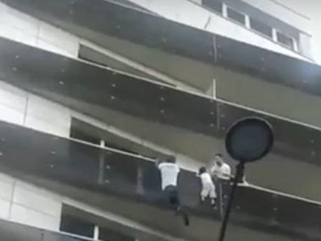 Enfant au balcon: la justice tente d'éduquer un père