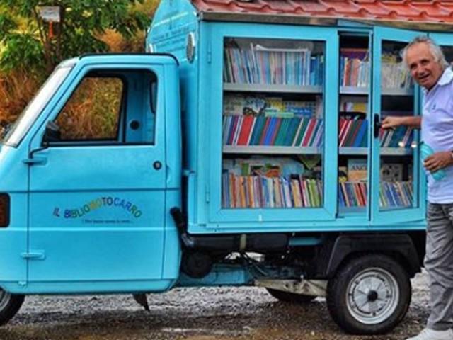 Cet homme dévoué transmet aux enfants la passion de la lecture avec sa bibliothèque mobile