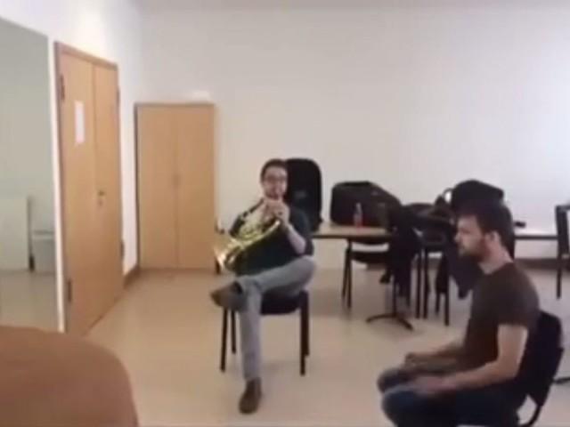 Un morceau de musique assez unique, réalisé à l'aide d'un cor français et d'une chaise