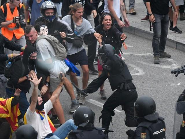 Espagne : charges policières contre des manifestants indépendantistes à l'aéroport de Barcelone