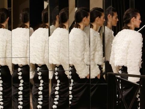 Or et camélias: Chanel célèbre les métiers d'art dans un défilé intimiste à Paris