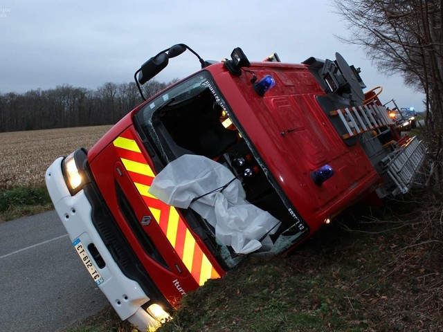 Accident : un camion de pompier dans le fossé à Saint-Armou