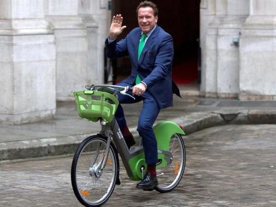Sommet sur le climat : Arnold Scwharzenegger troque voiture contre vélo pour les caméras