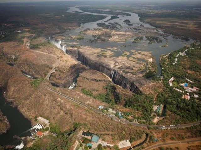 VIDEO. A cause de la sécheresse, les chutes Victoria ne sont plus qu'un filet d'eau