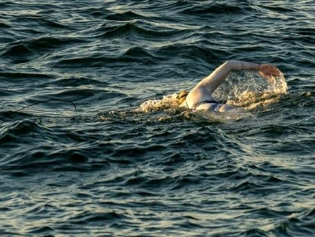 Une Américaine traverse quatre fois la Manche à la nage sans s'arrêter