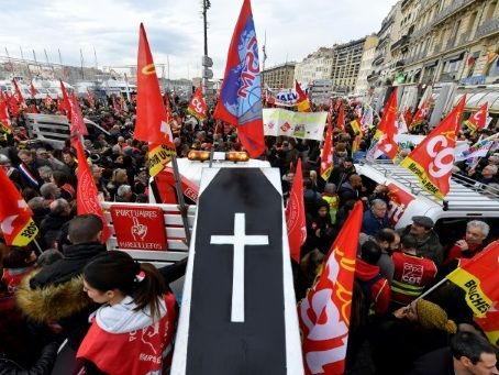 Retraites: des milliers de personnes dans les rues de Marseille
