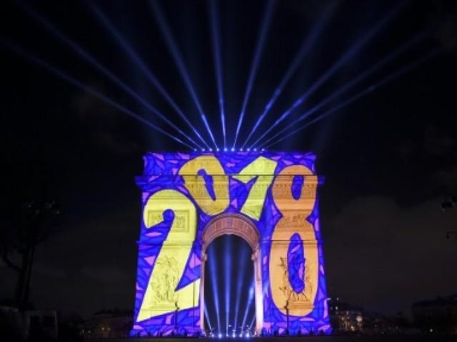 Nouvel An: malgré le vent, la fête sur les Champs-Elysées