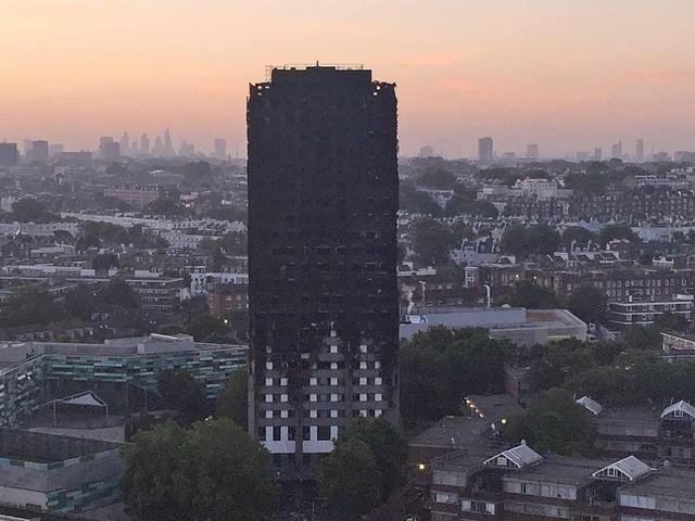 Inquiétant: quelque 600 tours en Angleterre auraient le même revêtement que la tour Grenfell