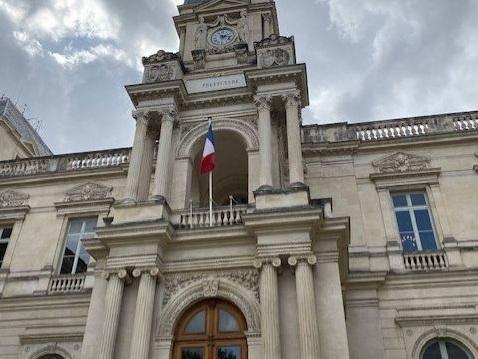 Rassemblements à Nîmes et Bagnols en hommage à l'enseignant tué dans les Yvelines