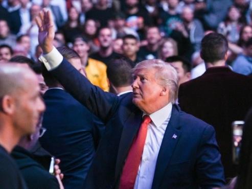 Trump hué dans le public lors d'un combat de MMA à New York