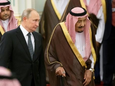 Or noir et crise dans le Golfe: Poutine accueilli en grande pompe en Arabie saoudite
