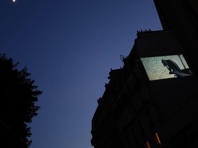 """A Paris, une séance de cinéma sauvage dans la rue : """"Ça manque, d'être dans le noir tous ensemble!"""""""