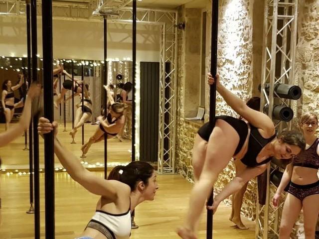 Pourquoi la pole dance n'est plus réservée qu'aux strip-teaseuses?