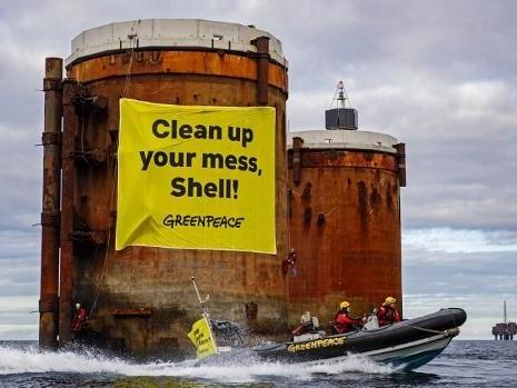 Greenpeace installe des bannières géantes sur 2 plateformes Shell en mer du Nord