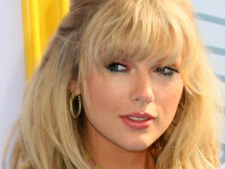 Taylor Swift pourra-t-elle chanter ses vieux tubes à la télé?...