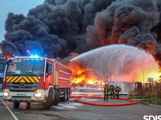 """Incendie de Lubrizol à Rouen : des analyses """"anormales"""" chez certains pompiers, """"pas révélateur"""" assure le Sdis"""