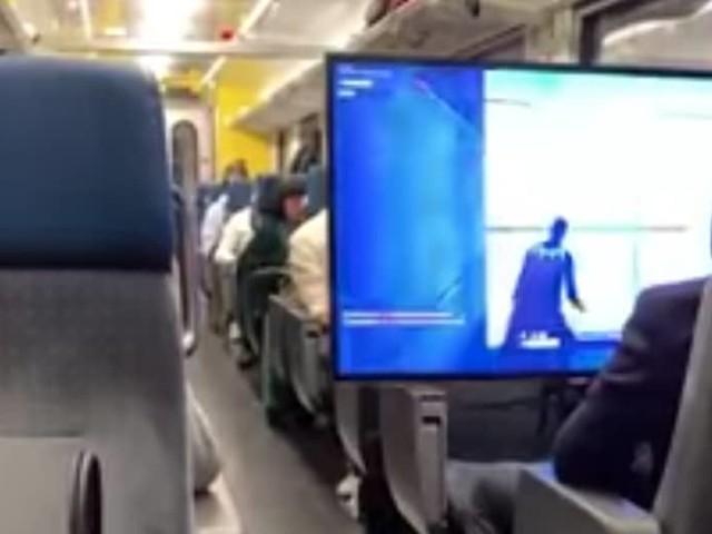 Fortnite : un accro installe tranquillement son énorme écran pour jouer dans le train