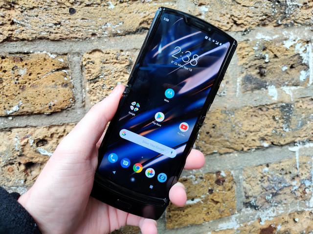 Prise en mains du Motorola RAZR : « le moins cher des smartphones pliables »