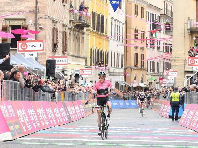 Giro d'Italia — Simon Yates s'impose en puncheur - Le britannique Simon Yates (Mitchelton-Scott) remporte la onzième étape pour deux petites secondes devant le néerlandais Tom Dumoulin (Sunweb) et l'italien Davide Formolo (Bora Hansgrohe). = VIDEOS: Giro d'Italia - Le résumé de la 11e étape remportée par Simon Yates - Le final de l'étape - Yates «Je suis fatigué» - Pinot «Je n'étais pas dans une grande journée» - L'hommage à Scarponi - (Maëlle Grossetête)