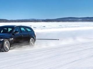 Tiré par une Jaguar XF Sportbrake, il bat un record du monde à ski !