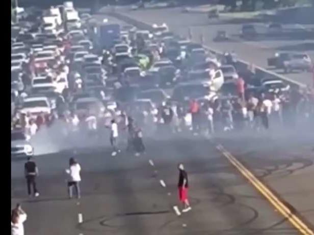 Ils bloquent l'autoroute pour faire des burn-out !