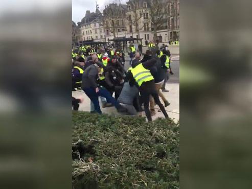"""Des journalistes tabassés en marge d'une manifestation de """"gilets jaunes"""" en France"""