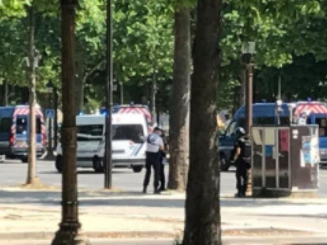 Intervention de police en cours sur les Champs-Élysées à Paris: une voiture a percuté un fourgon de gendarmerie