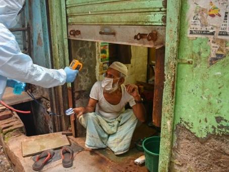 Dans le bidonville indien de Dharavi, un combat rue par rue contre le virus