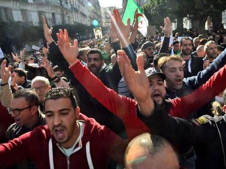 """Les manifestants du """"Hirak"""" en Algérie promettent de """"ne pas s'arrêter"""""""