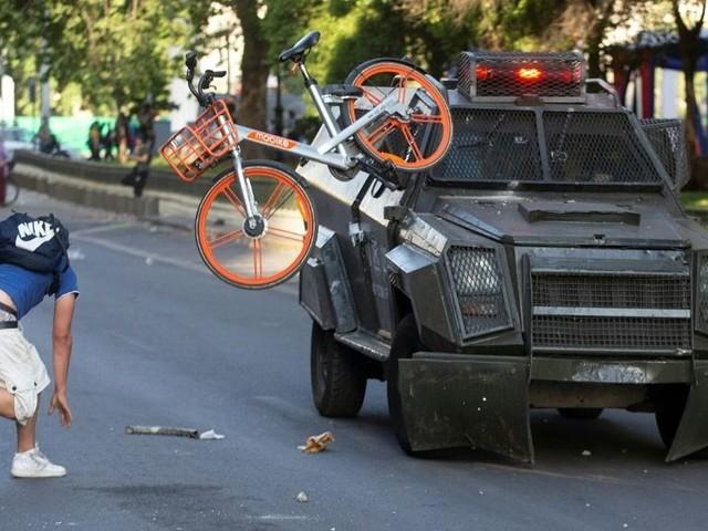 Chili: l'état d'urgence décrété après de violentes manifestations dues à la hausse du prix du métro