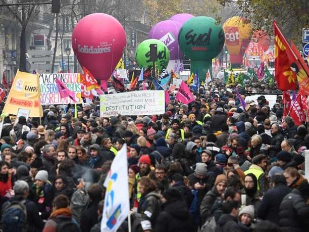 Manifestation du 5décembre: forte mobilisation dans une quarantaine de villes, la grève à la RATP et à la SNCF reconduite