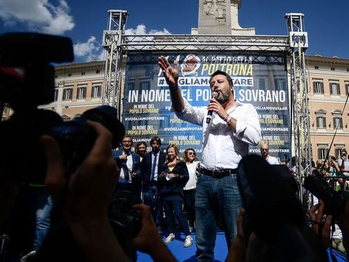 Italie: l'extrême droite s'engage dans une opposition dure et investit la rue