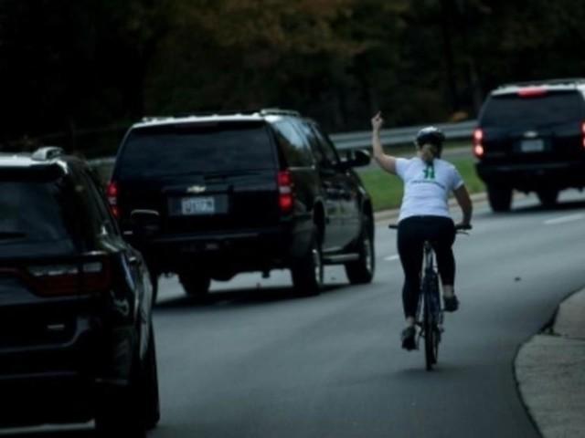 La cycliste licenciée après un doigt d'honneur à Trump élue en Virginie