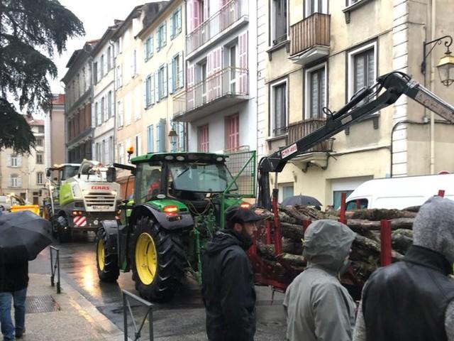 Les agriculteurs en colère assiègent la préfecture de l'Ariège