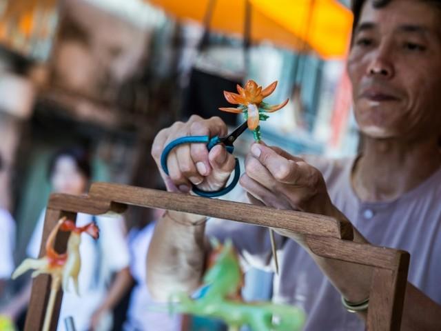Sur une île de Hong Kong, un confiseur vit son rêve d'enfant