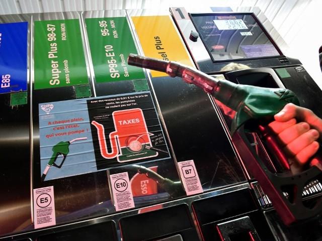 Carburant : pourquoi le prix du baril s'écroule… et pas celui à la pompe ?